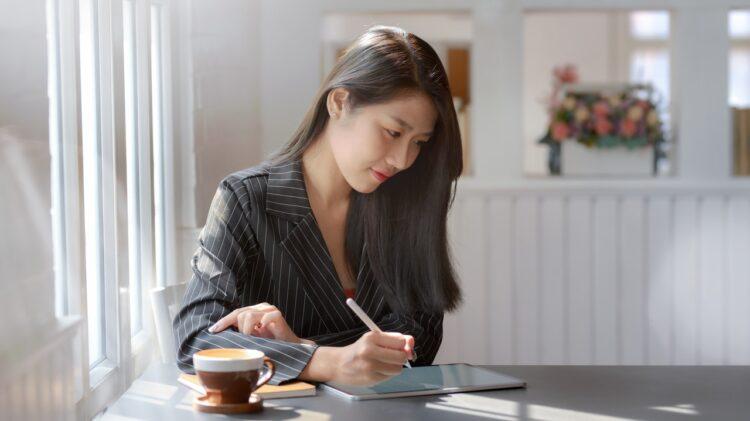 kobieta korzystająca z konta przez tablet