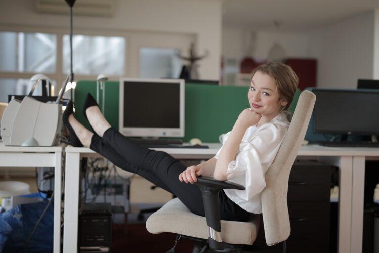 kobieta na wygodnym krześle