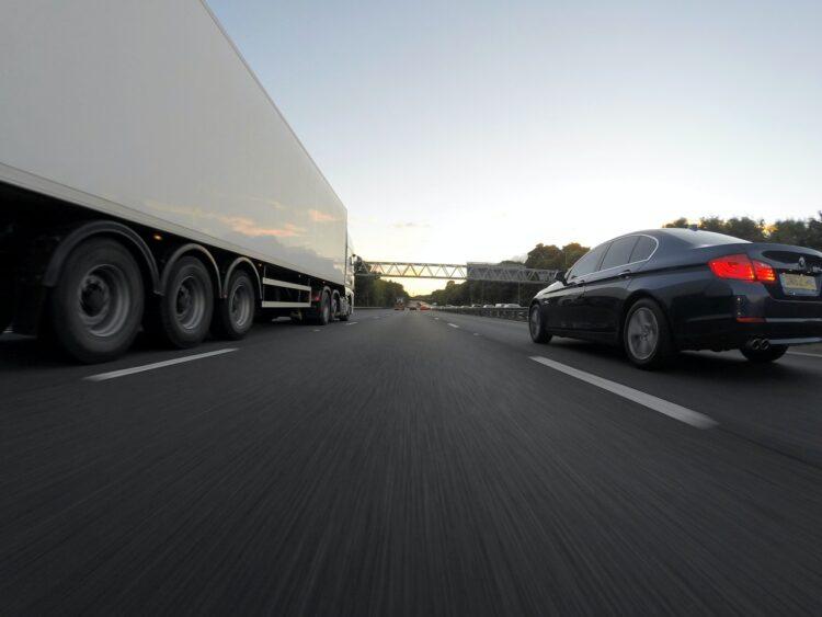 ciężarówka i samochód na autostradzie